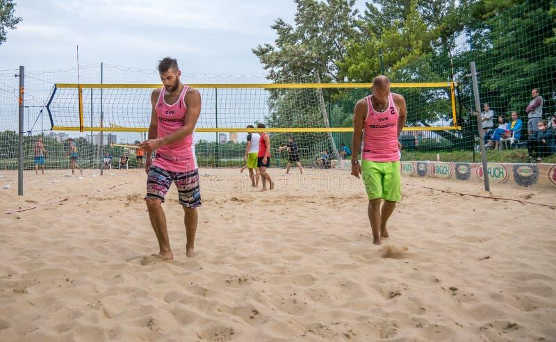 Jogadores no competiam do voleibol de praia imagem de stock royalty free