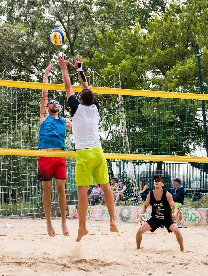 Jogadores no competiam do voleibol de praia foto de stock