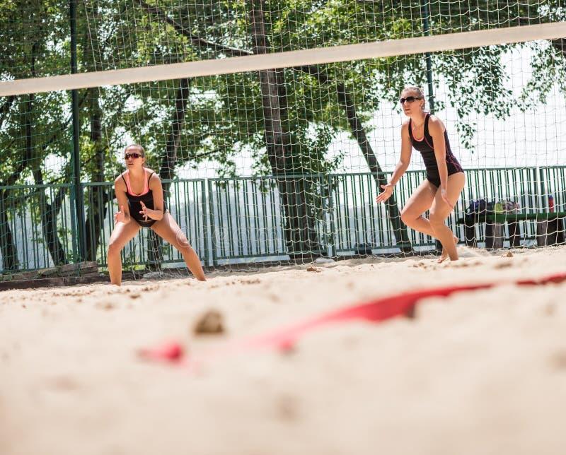 Jogadores no competiam do voleibol de praia fotografia de stock royalty free
