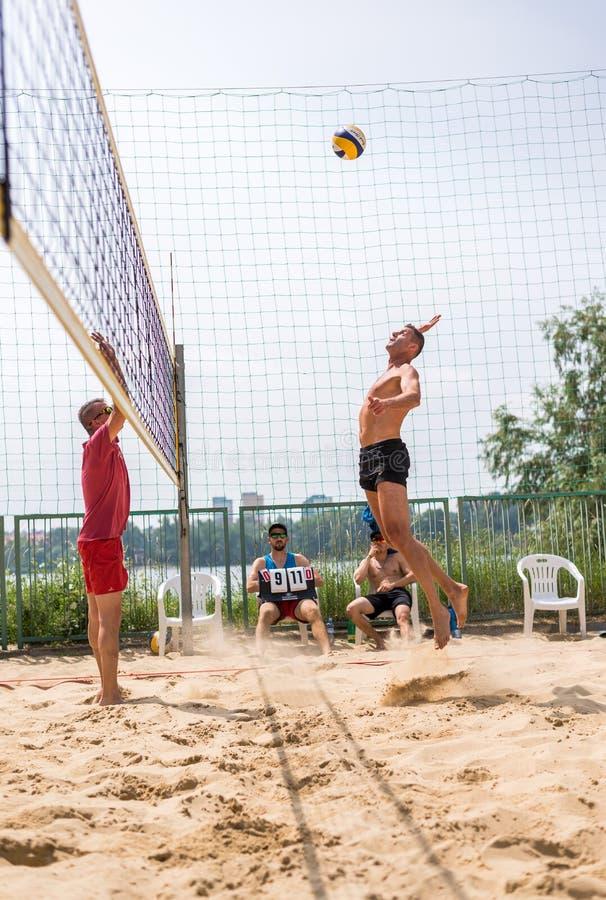 Jogadores no competiam do voleibol de praia fotos de stock royalty free
