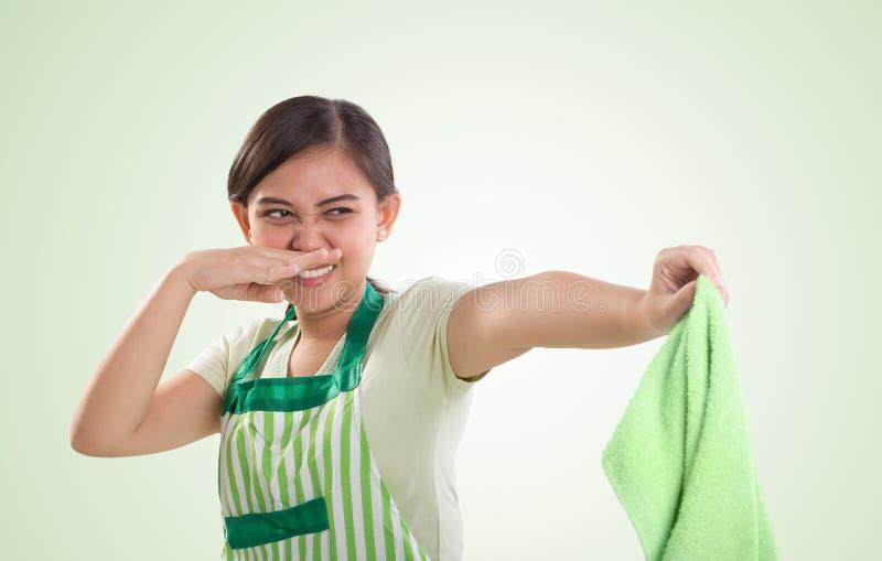 Jogando afastado uma lavanderia suja fétido imagem de stock royalty free