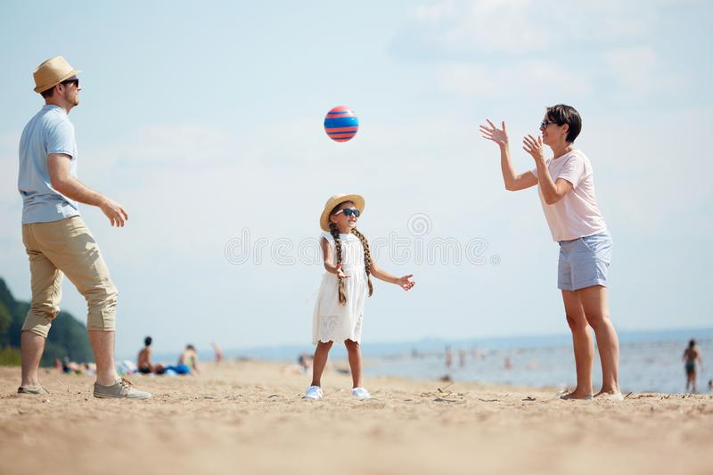 Jogando a bola na praia fotografia de stock