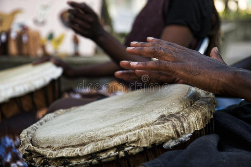 Jogando bongos fotografia de stock