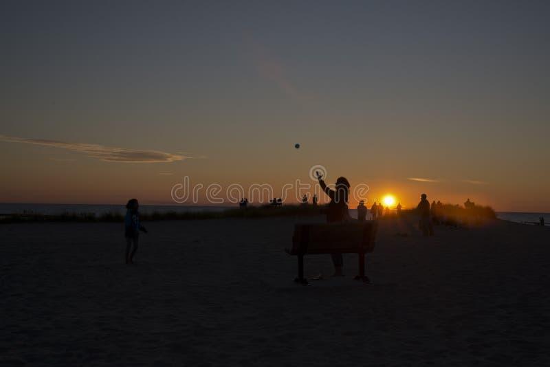 Jogando a captura no por do sol nas costas do Lago Michigan imagens de stock royalty free