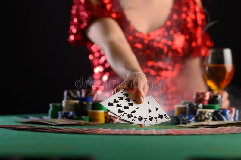 Jogando cartas em um cassino, uma garota mostra uma combinação vencedora Sucesso e vitória Poker, blackjack, Texas poker Las Vega fotos de stock