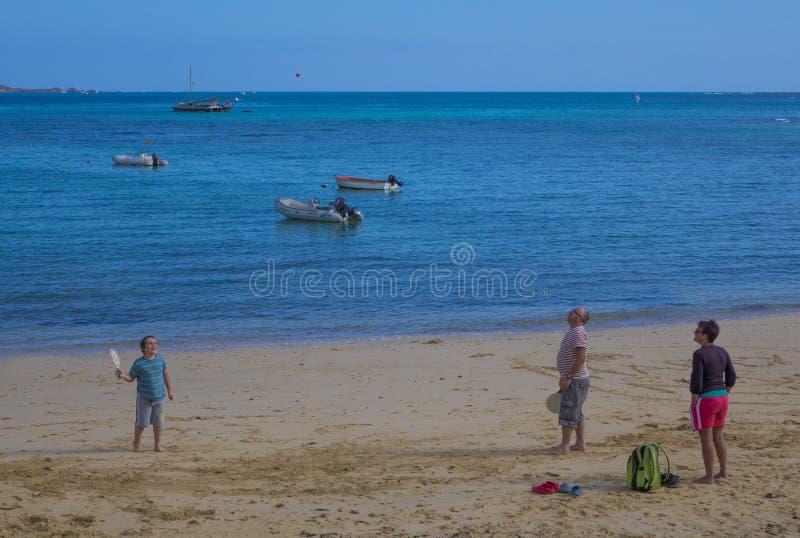 Jogando com bastões e praia da velho-cidade da bola, Corralejo imagens de stock royalty free