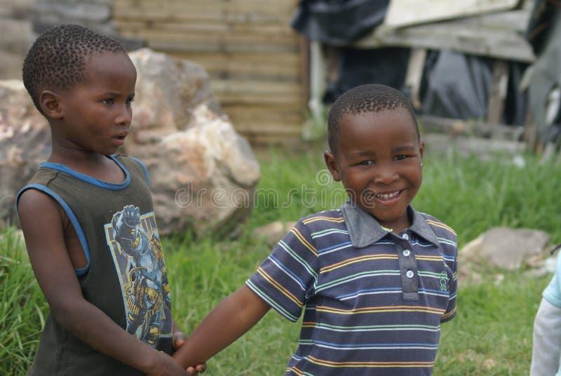Jogando crianças em um distrito Joanesburgo África do Sul imagem de stock