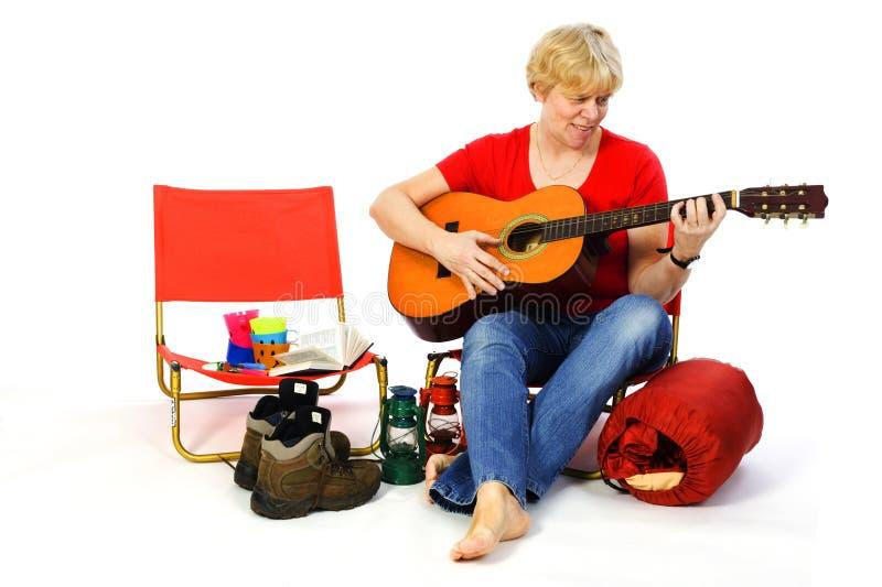 Jogando a guitarra no campground imagens de stock royalty free