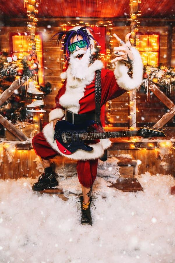 Jogando a guitarra para o Natal foto de stock