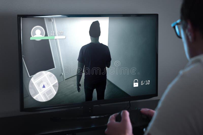 Jogando jogos do console ou conceito do apego do jogo de vídeo foto de stock