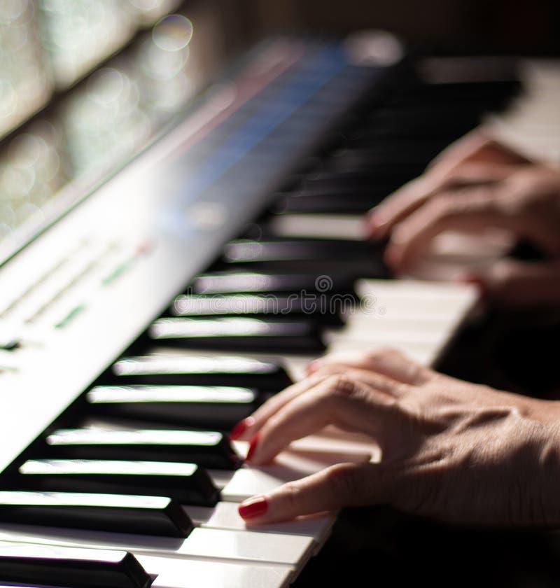 Jogando a música bonita com um teclado fotos de stock royalty free