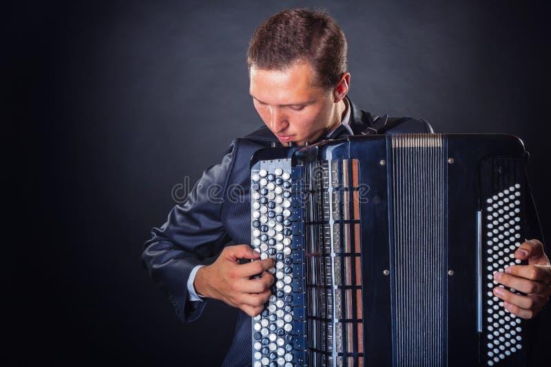Jogando o acordeão fotografia de stock