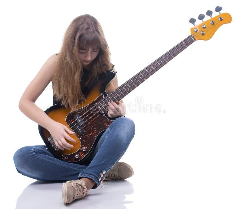 Jogando o adolescente e a guitarra-baixo foto de stock royalty free
