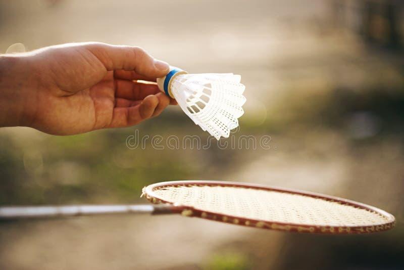 Jogando o badminton em um dia ensolarado fora fotos de stock royalty free