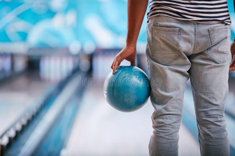 Jogando o bowling imagens de stock royalty free