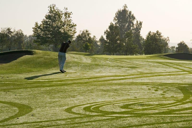 Jogando o golfe foto de stock