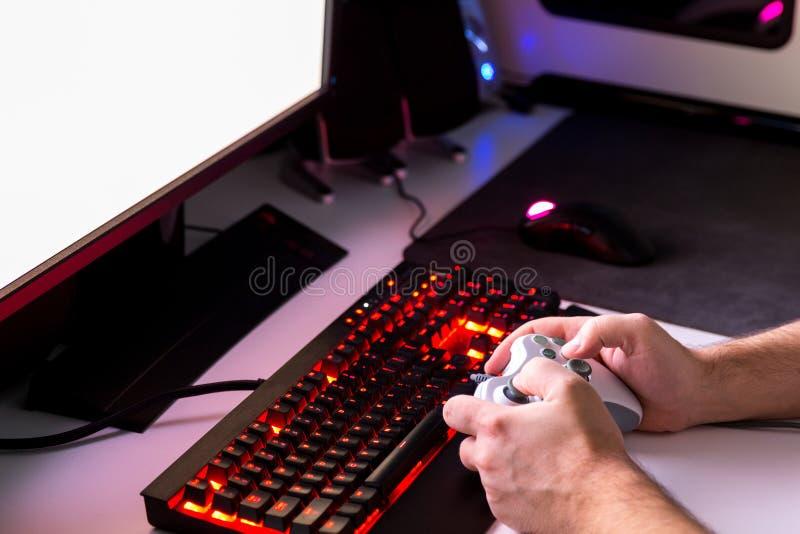 Jogando o jogo de computador com engrenagem do jogo foto de stock royalty free