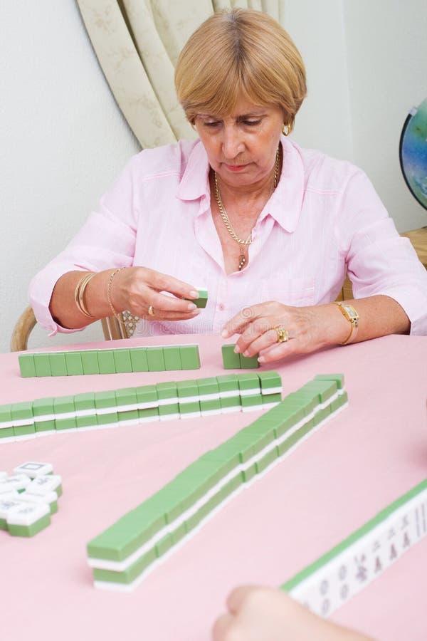 Jogando o jogo do mahjong imagens de stock royalty free