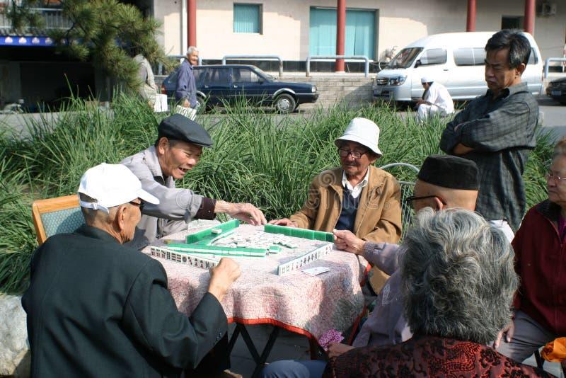 Jogando o jogo do mahjong imagens de stock