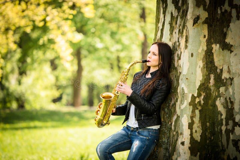 Jogando o saxofone na natureza foto de stock royalty free