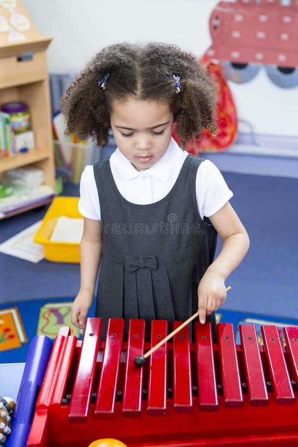 Jogando o xilofone no berçário fotografia de stock