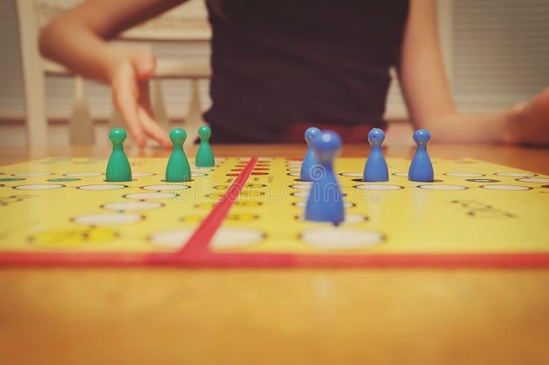 Jogando um jogo de mesa fotos de stock