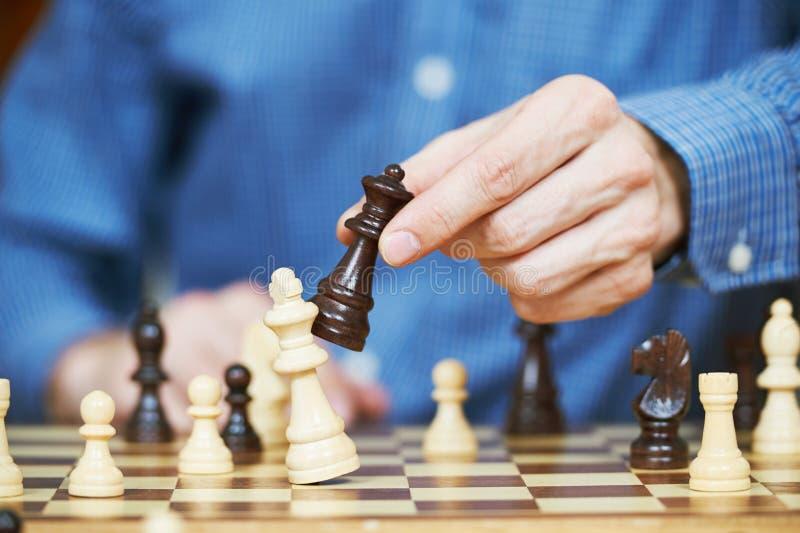 Jogando a xadrez de madeira foto de stock royalty free