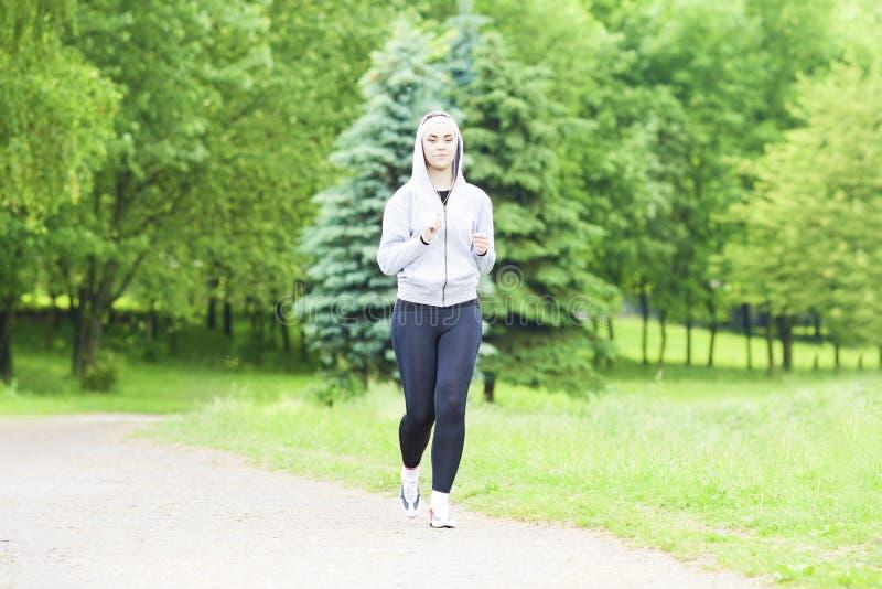 Jogga sportbegrepp: Rinnande konditionkvinnautbildning utomhus a arkivfoto