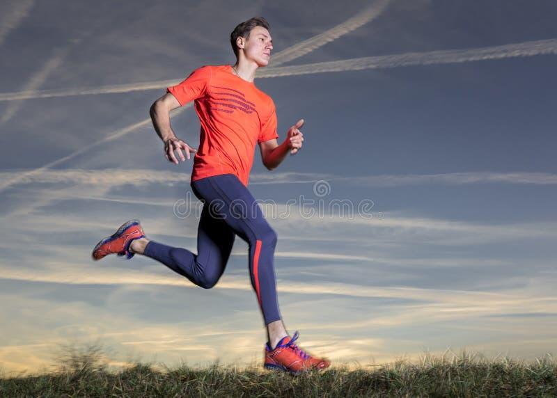 Jogger στο ηλιοβασίλεμα στοκ εικόνα με δικαίωμα ελεύθερης χρήσης