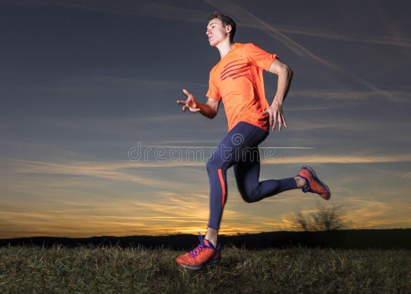 Jogger στο ηλιοβασίλεμα στοκ εικόνα