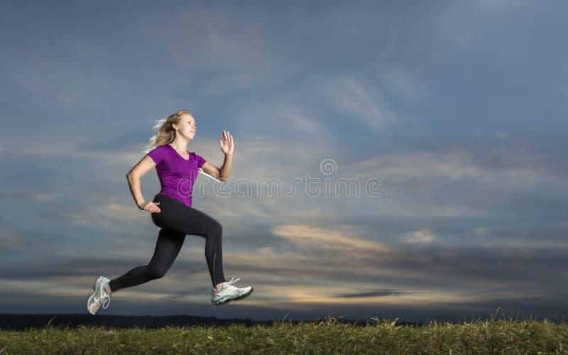 Jogger στο ηλιοβασίλεμα στοκ φωτογραφίες με δικαίωμα ελεύθερης χρήσης