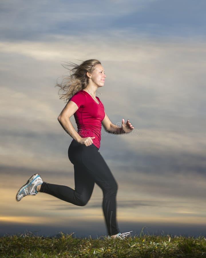 Jogger στο ηλιοβασίλεμα στοκ φωτογραφία με δικαίωμα ελεύθερης χρήσης
