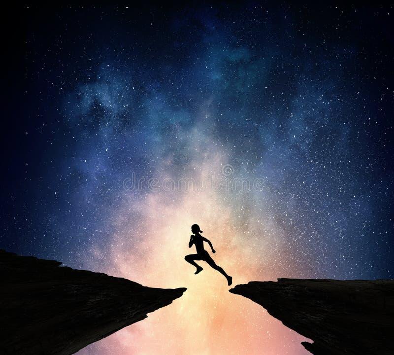 Download Jogger бежать на ноче Мультимедиа Стоковое Фото - изображение насчитывающей бегунок, достигать: 81808172