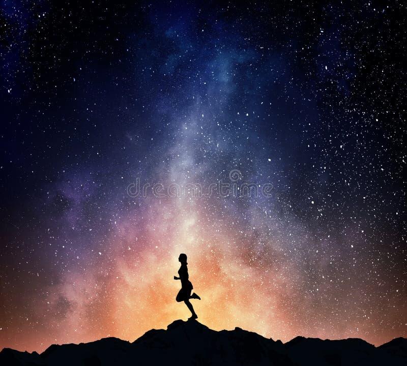 Download Jogger бежать на ноче Мультимедиа Стоковое Фото - изображение насчитывающей свет, спорт: 81808190