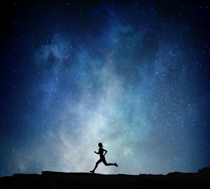 Jogger die bij nacht lopen Gemengde media stock afbeelding