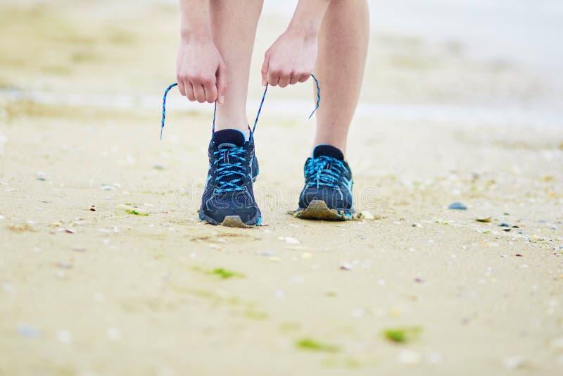 Jogger wiąże sportów działających butów koronki Sprawność fizyczna i zdrowy stylu życia pojęcie zdjęcia stock
