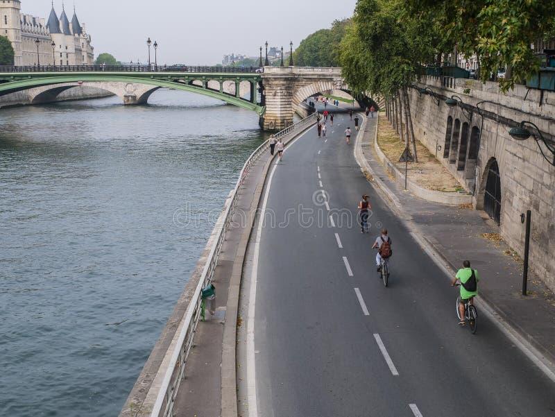 Joggers och cyklar tar över körbanan vid Seinen på Sunda royaltyfri foto