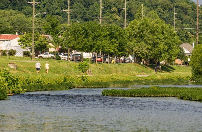 Joggers på den Roanoke flodgreenwayen arkivfoto