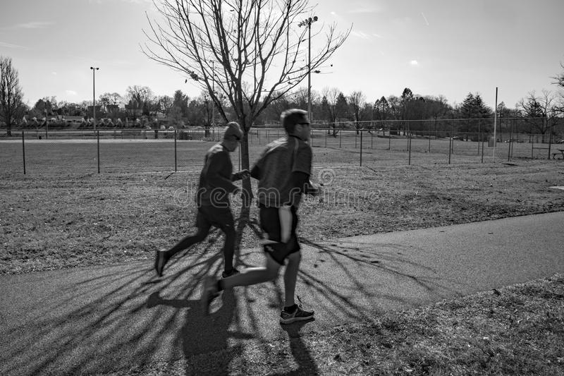 Joggers på den Roanoke flodgreenwayen royaltyfria bilder