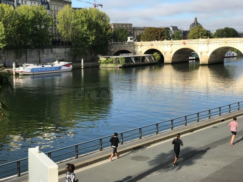 Joggers på Seinen, Paris, på en solig söndag morgon arkivfoto