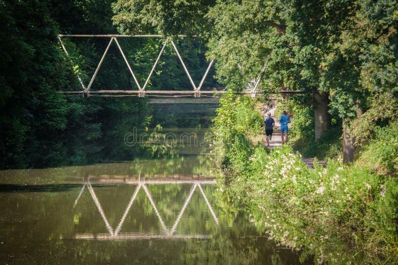 Joggers van de kanaalweg stock foto