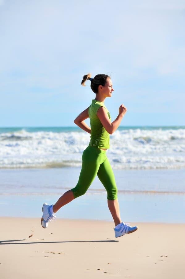 Download Jogging девушки стоковое фото. изображение насчитывающей море - 6855548
