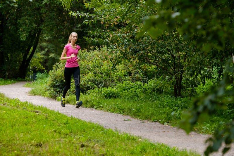 jogging детеныши женщины парка стоковое изображение