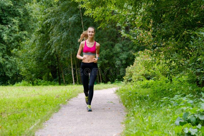 jogging детеныши женщины парка стоковые фото