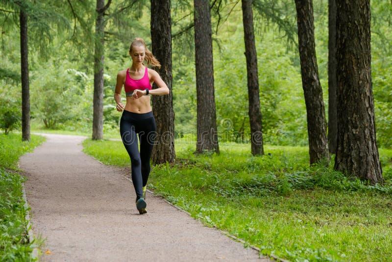 jogging детеныши женщины парка стоковое фото