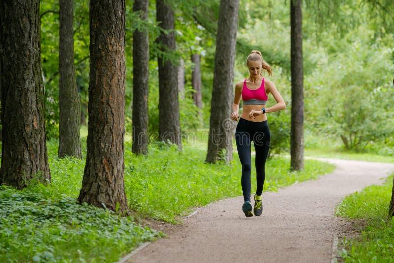 jogging детеныши женщины парка стоковое изображение rf