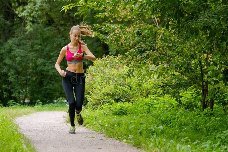 jogging детеныши женщины парка стоковые фотографии rf