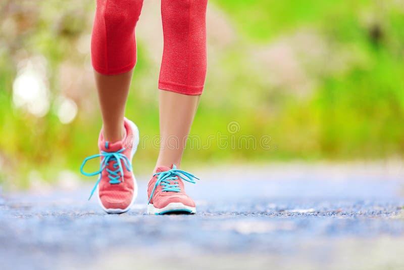 Jogging женщина с атлетическими ногами и идущими ботинками стоковое фото rf