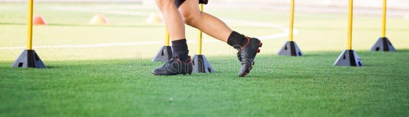 Jogging и скачка футболиста между отметкой и желтыми барьерами стоковая фотография
