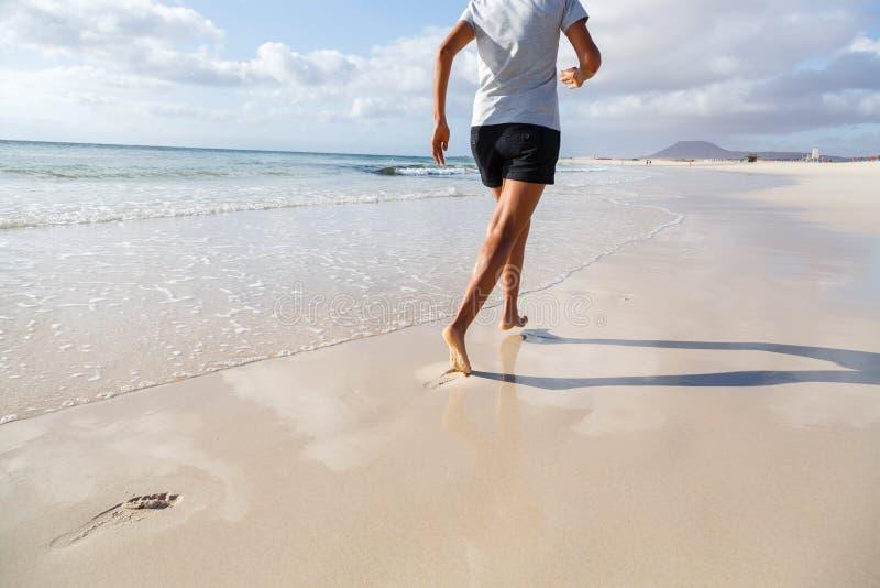 Jogging на пляже стоковое изображение